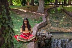 Młodej pięknej tradycyjnej indyjskiej kobiety ćwiczy joga w natu Fotografia Stock