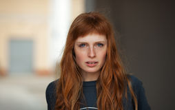 Młodej rudzielec kobiety caucasian poważnej twarzy plenerowy portret zdjęcie royalty free