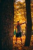 Młodej seksownej atlety ćwiczy ciosy na drzewie w parku zdjęcie stock