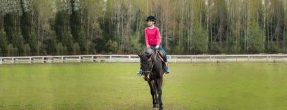 Młodej sportsmenki jeździecki koń w equestrian przedstawieniu skacze rywalizację Nastoletniej dziewczyny przejażdżka koń obrazy royalty free