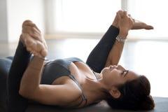 Młodej sporty atrakcyjnej kobiety ćwiczy joga, robi Ananda Bala zdjęcia royalty free