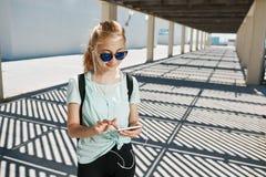 Młodej sprawności fizycznej azjatykcia dziewczyna w sportswear słuchającej muzyce Obraz Royalty Free