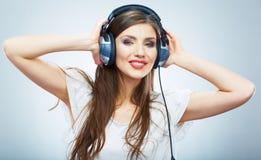 Młodej Szczęśliwej Muzycznej kobiety odosobniony portret. Kobiety wzorcowy studio Obrazy Stock