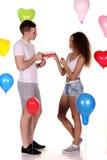 Młodej szczęśliwej pary napoju romantyczna daktylowa herbata, świętuje walentynki Obrazy Royalty Free