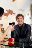 Młodej szczęśliwej pary napoju romantyczny daktylowy szkło zdjęcie stock