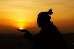 Młodość daje rękom save słońce (save planetę) zdjęcia royalty free