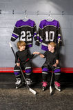Młodość gracz w hokeja w pięści pompie Obraz Stock
