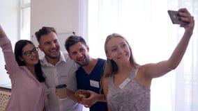 Młodość podczas kawowej przerwy robi selfie fotografii na telefonie komórkowym na grupowym psychotherapy zbiory wideo