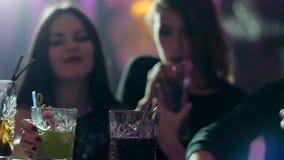 Młodość przyjaciele biorą szkła na zakazują kontuar z kolorowymi koktajlami i słoma w klubie zdjęcie wideo