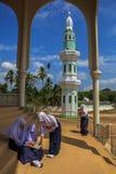 Młodości islamska nauka przy meczetem zdjęcie royalty free