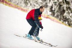Młodości narciarstwo w górach Carpathians, Ukraina, Grudzień obraz stock