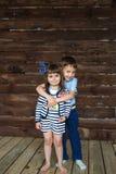 Młodszy brat ściska jego małej siostry Obraz Royalty Free