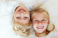 Młodszy brat i siostra wpólnie na zawsze szczęśliwa rodzina zdjęcie stock