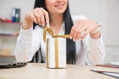 Młody ładny biznesowej kobiety obsiadanie przy biurkiem Zdjęcie Royalty Free