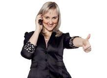 Młody bizneswoman opowiada na telefonu seansu ręki ok znaku Fotografia Stock