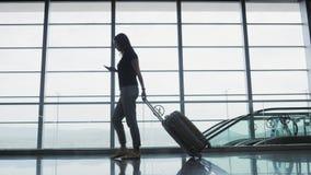 Młody Ładny bizneswoman Używa Smartphone przy lotniskiem Podczas gdy Czekający Jej kolejkę Dla rejestraci, Podróżny pojęcie Obraz Stock
