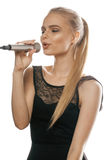 Młody ładny blond kobieta śpiew w mikrofonie Fotografia Royalty Free