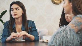 Młody ładny dziewczyny obsiadanie w kawiarni Podczas ten czasu ja jest łyżką cappuccino Cieszyć się przyjemnego smak kawa zdjęcie wideo