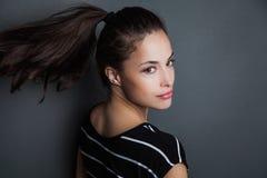 Młody ładny kobieta portret z ponytail studia strzałem Obrazy Stock