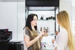 Młody ładny kobiety i piękna konsultant w sklepie obrazy royalty free