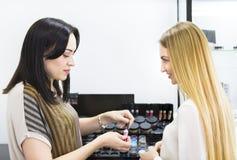 Młody ładny kobiety i piękna konsultant w sklepie zdjęcia stock