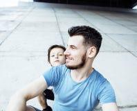 Młody ładny mężczyzna model z małym ślicznym synem bawić się wpólnie, li Fotografia Stock