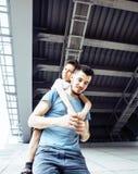 Młody ładny mężczyzna model z małym ślicznym synem bawić się wpólnie, li Zdjęcia Stock