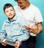 Młody ładny mężczyzna model z małym ślicznym synem bawić się wpólnie, stylu życia pojęcia nowożytni ludzie, rodzinna samiec Obraz Stock