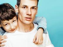 Młody ładny mężczyzna model z małym ślicznym synem bawić się wpólnie, stylu życia pojęcia nowożytni ludzie, rodzinna samiec Obrazy Royalty Free