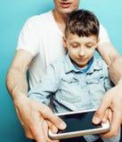 Młody ładny mężczyzna model z małym ślicznym synem bawić się wpólnie, stylu życia pojęcia nowożytni ludzie, rodzinna samiec Zdjęcie Stock