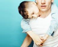 Młody ładny mężczyzna model z małym ślicznym synem bawić się wpólnie, stylu życia pojęcia nowożytni ludzie, rodzinna samiec Obraz Royalty Free