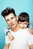 Młody ładny mężczyzna model z małym ślicznym synem bawić się wpólnie, stylu życia pojęcia nowożytni ludzie, rodzinna samiec Zdjęcia Stock