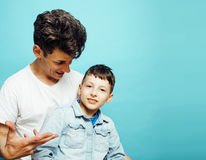 Młody ładny mężczyzna model z małym ślicznym synem bawić się wpólnie, stylu życia pojęcia nowożytni ludzie, rodzinna samiec Zdjęcie Royalty Free
