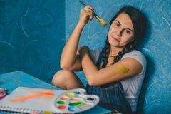 Młody ładny mienie farby muśnięcie budynku pojęcia twórczości ręki lego izolować izoluje zdjęcia royalty free