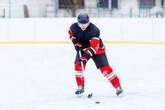 Młody łyżwiarka mężczyzna w ataku Lodowy mecz hokeja Obrazy Royalty Free