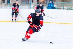 Młody łyżwiarka mężczyzna w ataku Lodowy mecz hokeja Zdjęcie Royalty Free