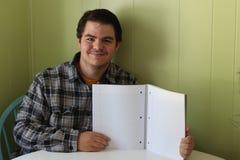Młody śliczny mężczyzna trzyma papierową książkę starzeję się 18-25, slicked z powrotem ciemny włosy fotografia stock