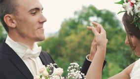Młody ślub pary taniec w obejmowaniu na naturze wolno zbiory wideo