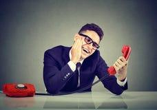 Młody śmieszny mężczyzna w miłości opowiada na telefonie obraz royalty free