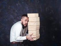 Młody śmieszny mężczyzna z prezentem przygotowywa dla wakacje 21 Fotografia Stock