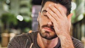 Młody śpiący mężczyzna pijący outside przy nocą fotografia stock
