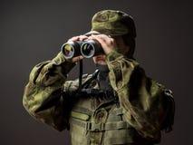 Młody żeński żołnierz obserwuje z lornetkami Wojna, wojskowy, wojska pojęcia ludzie Obraz Stock