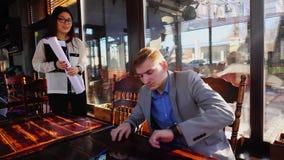 Młody żeński architekt spotyka pracodawcy przy kawiarnią zbiory