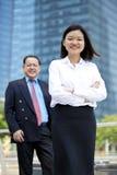 Młody żeński Azjatycki kierownictwa i seniora Azjatyckiego biznesmena uśmiechnięty portret Fotografia Stock