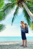 Młody żeński backpacker na plaży Zdjęcia Stock