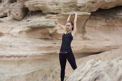 Młody żeński biegacz rozgrzewkowy up przed zaczynał jej dzienną sprawność fizyczną trenuje outdoors w natura krajobrazie Zdjęcia Royalty Free