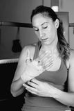 Młody żeński bokser wiąże w górę ręk fotografia stock