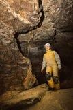 Młody żeński caver bada jamę Fotografia Royalty Free