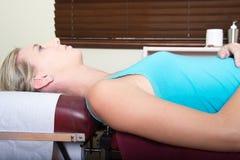 Młody żeński Cierpliwy czekanie na Medycznej szpilce Zdjęcia Royalty Free