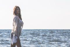 Młody żeński cieszy się słoneczny dzień na tropikalnej plaży Obrazy Royalty Free